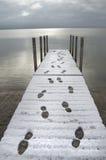 Voetafdrukken op Dok in Sneeuw stock fotografie