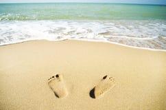 Voetafdrukken op het strandzand Royalty-vrije Stock Foto's