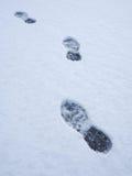 Voetafdrukken op verse sneeuwachtergrond Spoor van voetafdrukken Royalty-vrije Stock Foto