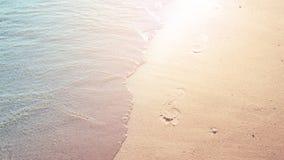 Voetafdrukken op zandig strand Royalty-vrije Stock Foto's