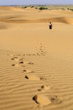 Voetafdrukken van een jonge jongen op Zandduinen, SAM-duinen van Thar Deser Stock Foto's