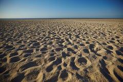 Voetafdrukken in zand stock fotografie