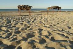 Voetafdrukken in zand bij het strand Stock Afbeeldingen