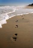 Voetafdrukken in zand II stock foto's