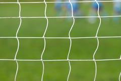 Voetbal achter netto doel Stock Afbeeldingen
