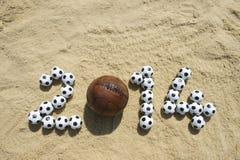 Voetbal 2014 Bericht in Strandzand met Uitstekende Voetbal Stock Afbeeldingen