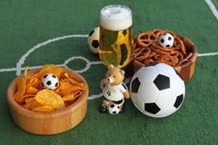 Voetbal, bier en spaanders Stock Afbeeldingen