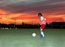 Voetbal bij zonsondergang Stock Fotografie