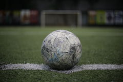 Voetbal binnen Kunstmatig gras Stock Foto