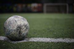 Voetbal binnen Kunstmatig gras Royalty-vrije Stock Foto's