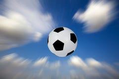 Voetbal in de hemel Stock Afbeeldingen