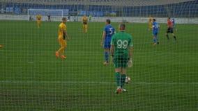 VOETBAL (3) De keeper vangt de bal en slaat een vrije schop stock video
