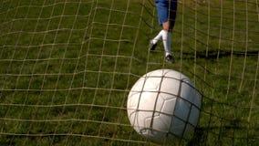 Voetbal die de rug van het net raken stock footage