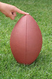 Voetbal die voor Kicker van de Plaats wordt gehouden Stock Fotografie