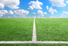 Voetbal en voetbalachtergrond van de het stadion de Blauwe hemel van het gebiedsgras Stock Fotografie