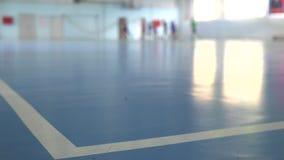 Voetbal futsal opleiding voor kinderen Binnenvoetbal jonge speler met een voetbalbal in een sporthal stock video