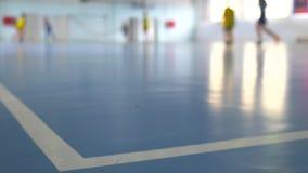 Voetbal futsal opleiding voor kinderen Binnenvoetbal jonge speler met een voetbalbal in een sporthal stock footage