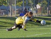 Voetbal goalie sparen stock afbeeldingen