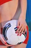 Voetbal in handen Stock Afbeeldingen
