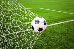 Voetbal in het netto doel royalty-vrije stock fotografie