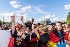 Voetbal het Openbare Bekijken tijdens Kiel Week 2016, Kiel, Duitsland Stock Fotografie