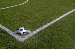 Voetbal in hoek van kunstmatig grasgebied Royalty-vrije Stock Afbeelding