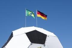 Voetbal met de Duitse en vlag van Brazilië op de hoogste wereldbeker 2014 van FIFA Stock Afbeeldingen