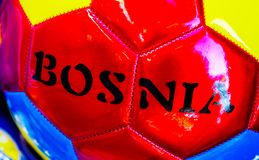 Voetbal met het embleem van Bosnië op bovenkant wordt gedrukt die royalty-vrije stock fotografie