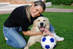 Voetbal met hond Royalty-vrije Stock Foto's