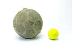 Voetbal met tennisbal op achtergrond Stock Foto's