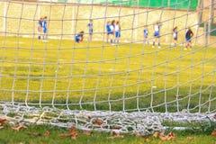 Voetbal netto op een voetbalgebied royalty-vrije stock afbeeldingen