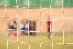 Voetbal netto op een voetbalgebied royalty-vrije stock afbeelding