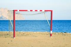 Voetbal netto op het strand stock foto