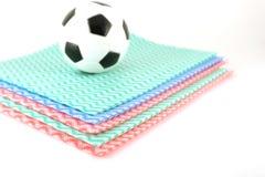 Voetbal op de kleurenservetten Stock Afbeeldingen