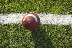 Voetbal op een T-stuk en een gebied hierboven wordt bekeken dat van Royalty-vrije Stock Fotografie