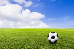 Voetbal op groene gazon en hemelachtergrond 3D illustratie of 3D Stock Fotografie