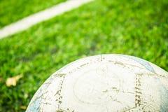 Voetbal op het gras Stock Foto
