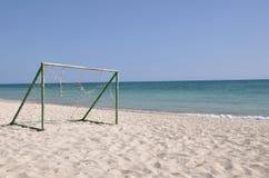 Voetbal op het strand Stock Afbeeldingen