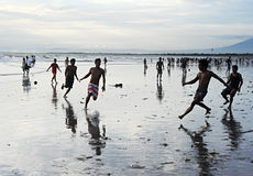 Voetbal op het strand Stock Foto's