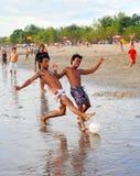 Voetbal op het strand Stock Fotografie