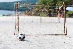 Voetbal op het strand royalty-vrije stock fotografie