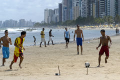 Voetbal op het strand, stad Recife, Noord-Brazilië Stock Afbeelding