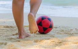 voetbal op strand voor Voetbalsport Stock Fotografie