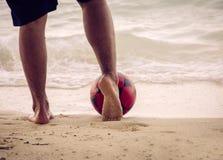 voetbal op strand voor Voetbalsport Stock Afbeelding