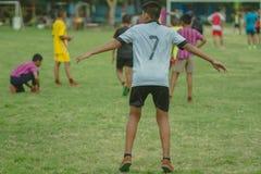 Voetbal opleiding voor studenten in middagtijd stock foto