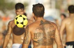 Voetbal van het het Strandvoetbal van Carioca de Braziliaanse Speelaltinho Futebol Stock Foto's