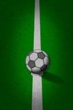 Voetbal - voetbalgebied met lijnen op grungedocument Stock Fotografie