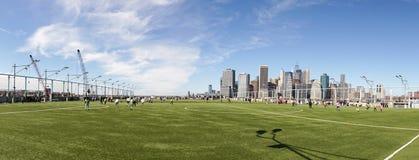 Voetbal/Voetbalhoogte in Brooklyn met mening over Manhattan in de Stad van New York stock afbeelding