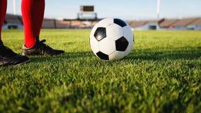 Voetbal of voetbalster die zich met bal op het gebied voor Ki bevinden Royalty-vrije Stock Afbeelding
