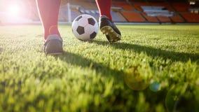 Voetbal of voetbalster die zich met bal op het gebied voor Ki bevinden Stock Foto